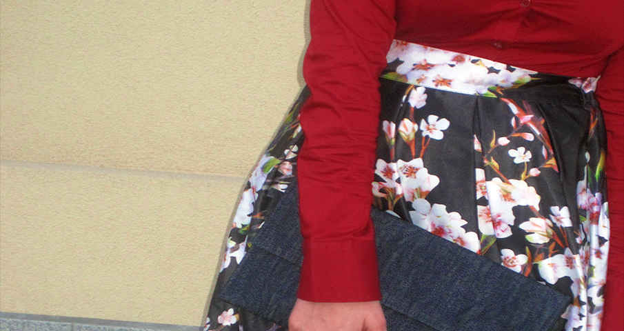 Carrefour Gourmet Opening – Outfit (Midi floreale, camicia rossa e clutch denim)