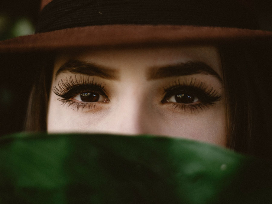 Learn how to put falsies avoiding embarassing beauty regrets